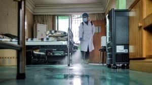 Un paciente extranjero con coronavirus muerde en la cara a una enfermera para escapar de la cuarentena en China