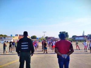 Denuncian que someten a ejercicios a jóvenes por incumplir la cuarentena en Charallave (videos)