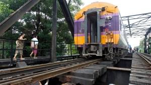 Portador de coronavirus escupe en la cara a un pasajero momentos antes de morir arriba de un tren (Video)
