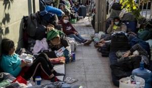 Venezolanos montan campamento frente a la embajada en Chile
