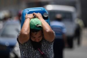 En Caracas hasta los abuelos cargan agua al hombro para sus casas (Video)