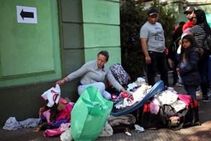 ¡Atrapados! Cientos de venezolanos esperan su retorno en un campamento callejero en Chile