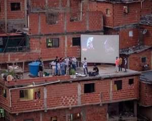 """Tras la salida de DirecTv, montaron un """"cine"""" en Petare para entretener a los vecinos (FOTOS)"""
