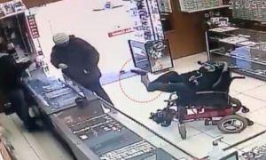 Joven con discapacidad robó una joyería apuntando el arma con los pies (VIDEO)