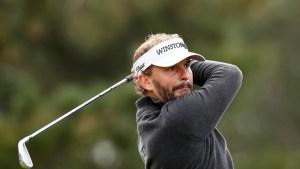 EN VIDEO: Un golfista practica el distanciamiento social durante un entreno y casi mata a su novia