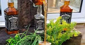 ¡Genio! Construyó una fuente de whiskey en plena borrachera de cuarentena (Videos)