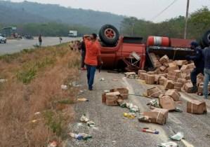 Gandola con cajas Clap se volcó en la autopista Charallave – Ocumare (Fotos y Video)