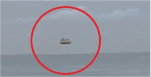 ¿Es un barco fantasma?  Captan a una extraña embarcación flotando en el aire (VIDEO)