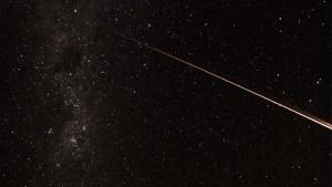 Captan un espectáculo de luces creado por basura espacial en la atmósfera (Videos)