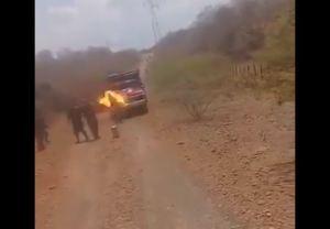 En VIDEO: Efectivos de la GNB prendieron con gasolina un camión en la frontera con Colombia