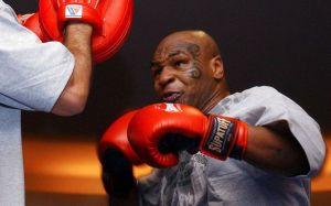 Mike Tyson desató una batalla campal en pleno combate de la WWE (Video)