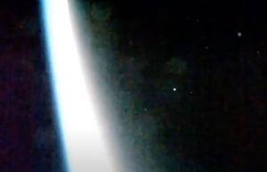 ¿Ovnis? Transmisión en vivo de la Nasa captó objetos brillantes volando sobre la Tierra (Video)