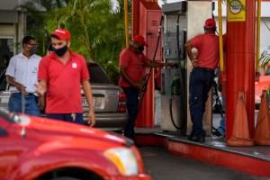 """¿Cómo saber que la gasolina va """"palo abajo""""? En Caracas se formaron mega colas en las bombas dólarizadas (IMÁGENES)"""