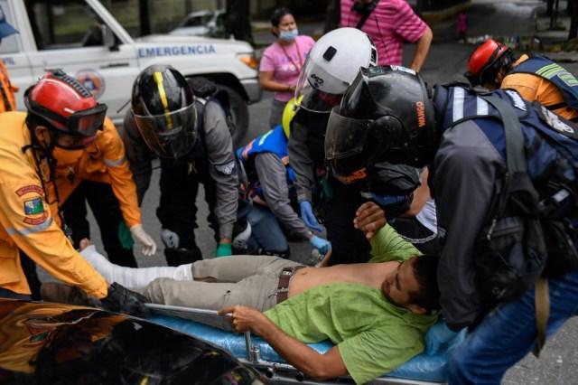 """Miembros del grupo paramédico de la ONG """"Ángeles de las vias"""" atendiendo a un herido"""