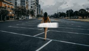 La venezolana que camina por las calles de Ecuador como Dios la trajo al mundo