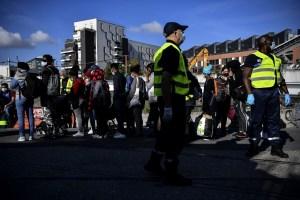 Policía evacúa un enorme campamento de migrantes a las puertas de París