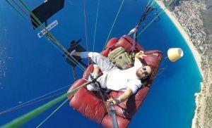 Imagina volar desde la comodidad de tu sofá: Un hombre lo hizo realidad en parapente (Video)
