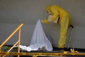 Un hombre murió por coronavirus frente a una clínica en San Salvador (Fotos)