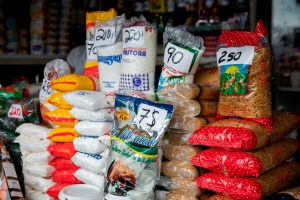 En La Guaira, a los venezolanos no les alcanza sus sueldos de miseria para hacer mercado (IMAGEN)