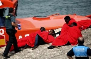 Una patera con 54 personas pide ayuda por naufragio en aguas de El Aaiún