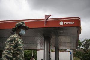 Bloomberg: El racionamiento de combustible hunde aún más a Venezuela en la crisis económica