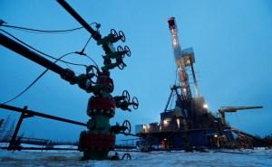 Petróleo cae por debajo de 45 dólares por dudas sobre demanda, se encamina a alza semanal