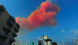 El humo rojizo de la explosión en Beirut se extiende a decenas de kilómetros (VIDEO)
