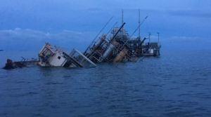 ¡Hecho en socialismo! Estación flotante en Lago Medio se hundió por falta de mantenimiento (Fotos)