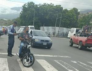 ¿Multas express? Denuncian las alcabalas de la policía de Vargas con puntos de venta