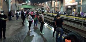 ¿Y el distanciamiento? La estación Plaza Venezuela y un tren repleto de personas este #5Ago (Fotos)