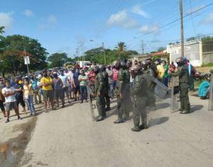 En video: Vecinos de Porlamar protestaron por falta de gasolina este #12Ago