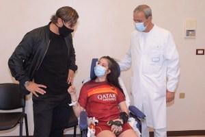 La emotiva reunión de Totti y la futbolista que despertó de un coma al escuchar su voz (Fotos y Video)