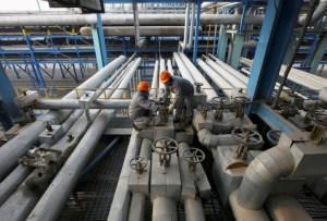 Barril de petróleo baja por muertes en pandemia; mercado pendiente de debate electoral EEUU