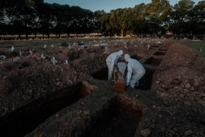 Brasil rozó los 143 mil fallecidos por la pandemia en el nuevo balance
