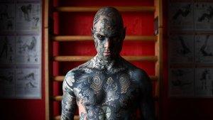 EN FOTOS: El hombre más tatuado de Francia… tiene tinta en la lengua y hasta en las ojos