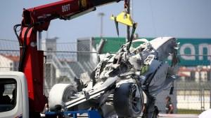 EN VIDEO: El salvaje choque entre dos bólidos en la Fórmula 2 que produjo un incendio y terminó con la carrera