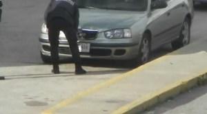 Denuncian que en Mérida, presuntos funcionarios le quitan las placas a los carros que hacen cola por gasolina (VIDEO)