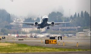 Jefe de la Administración Federal de Aviación probó en tierra el renovado 737 Max de Boeing