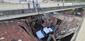 Camioneta cayó en un estacionamiento cerca de la emblemática mezquita en Caracas (Fotos)