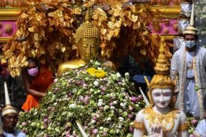Lluvias de flores de loto marcan el final de la cuaresma budista en Tailandia