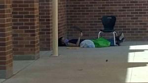 En EEUU un niño se sienta frente a su escuela para conectarse a Internet y ver sus clases virtuales