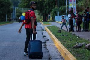 Niño venezolano se desmayó luego de llegar a Chile caminando (VIDEO)
