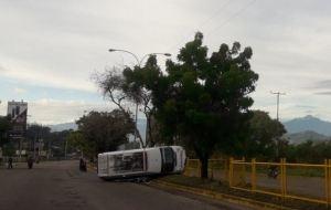 EN FOTO: Con los cauchos de lado, así quedó ambulancia que volcó en San Cristóbal