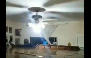 ¡Dolor y peligro! Con el agua al cuello, señor trata de desconectar la electricidad de su casa inundada en Maracay (VIDEO)