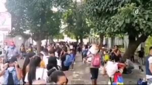 Así es la cola de personas para abordar autobuses para bajar a La Guaira #24Oct (Video)