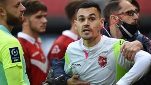 FOTO: Futbolista en Francia se acercó a su rival para decirle algo… ¡y le mordió un cachete!