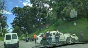 Camioneta volcada en la autopista Francisco Fajardo abandonada por hampones #25Oct (FOTOS)