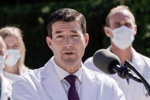 Joe Biden despide a Sean Conley, el polémico médico de la Casa Blanca