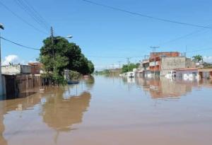 Terrible: Con Mata Redonda bajo el agua, optan por trasladarse en balsas improvisadas (Foto)