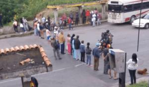 Vecinos de Los Teques protestan  en la vía a San Pedro #19Oct